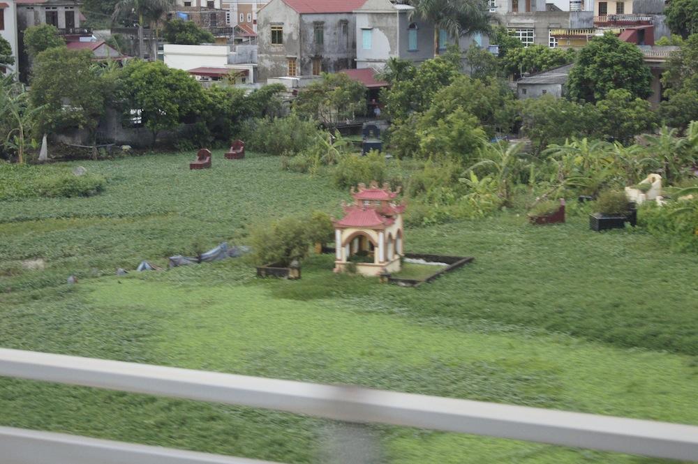 ベトナムの墓石