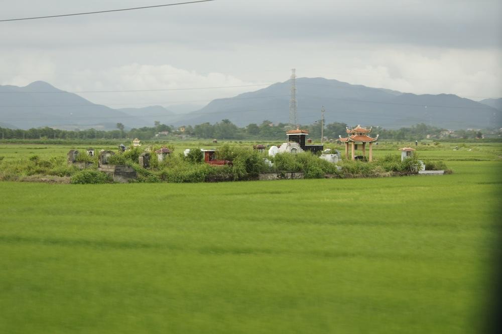 ベトナム田園地帯の墓地